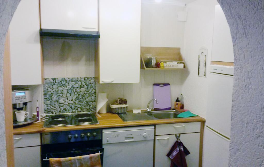 voll eingerichtete Küche in Apartment